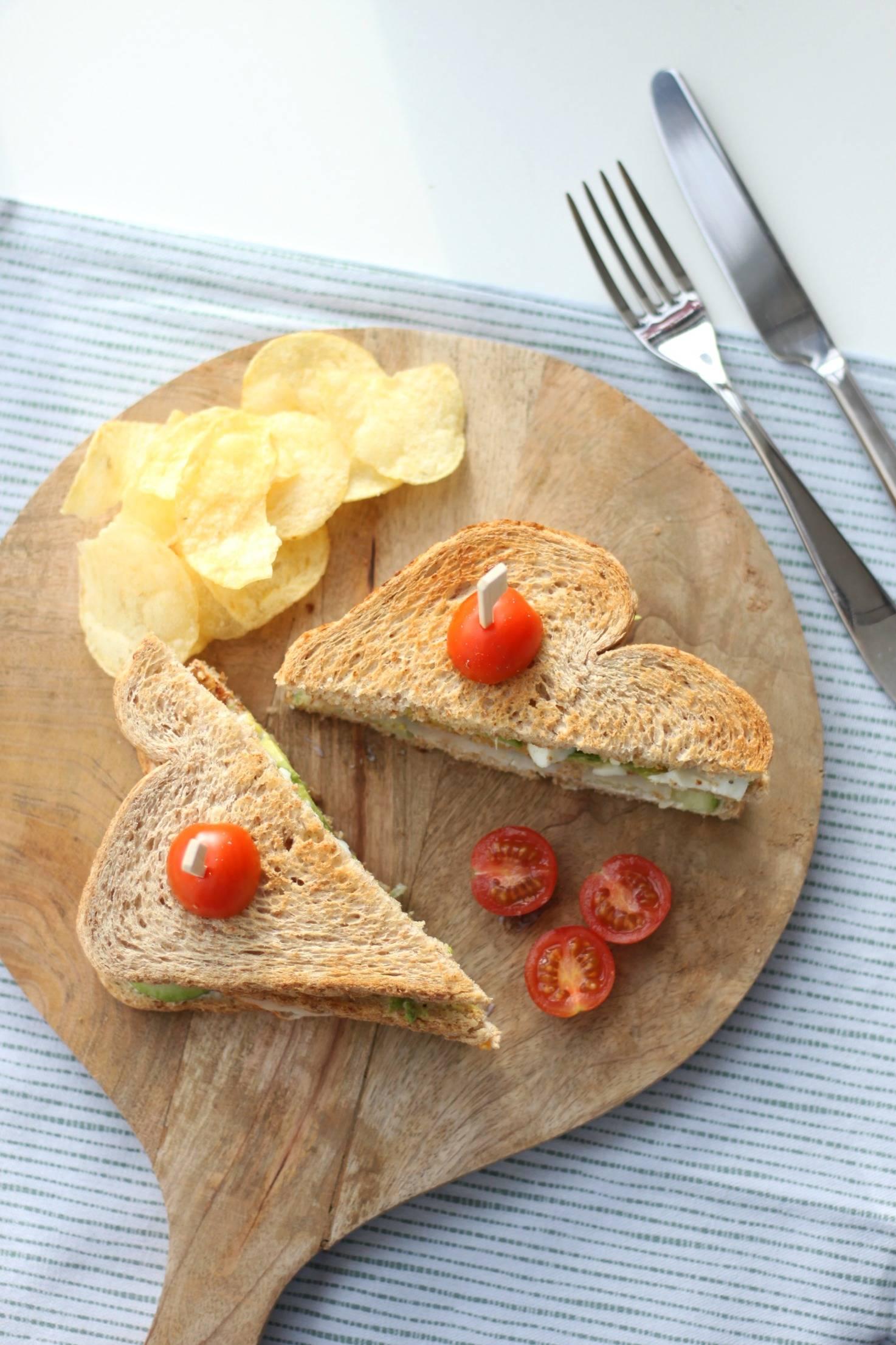 Lunchtip: clubsandwich met kipfilet, avocado, ei en truffelmayonaise