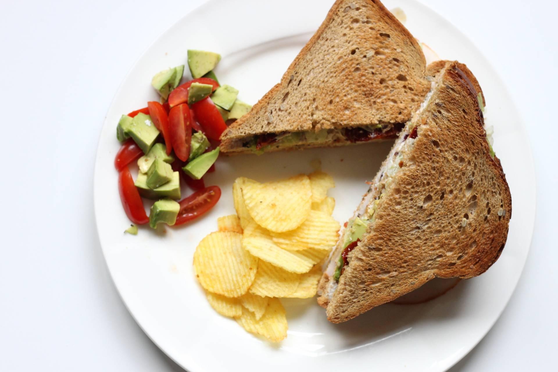 Recept Club Sandwich Met Geitenkaas Avocado En Zongedroogde Tomaat